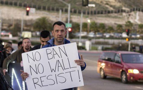 ESPAÑOL: Primera protesta del muro en la frontera