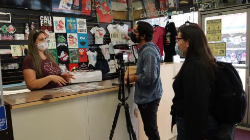 Los periodistas-estudiantiles Gabriel Schneider y Susana Serrano entrevistan a Ana Rozo